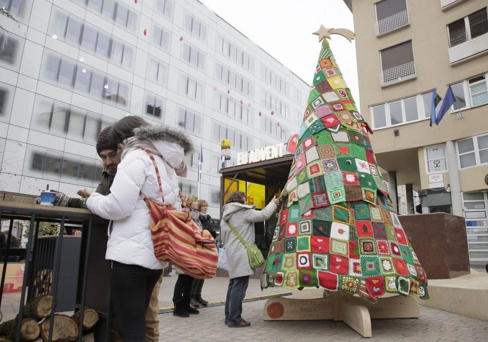 Slika-1_Naslovna_Upletimo-se_Otkrivanje-božićnog-drvca-ljubavi-i-zajedništva-e1603266608333-min